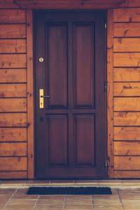 Най-подходящата блиндирана врата, когато сме в къща
